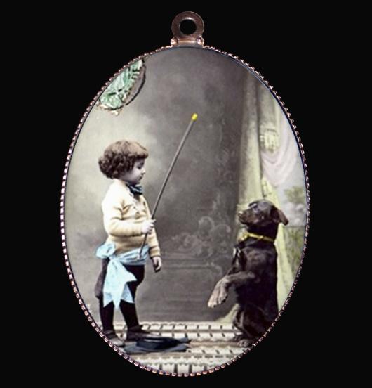 Medaglione in porcellana con immagine vintage di un bambino e un cane, amico fedele,simbolo di sincerità e amore incondizionato, regalo per amica, per chi ama i cani, per personalizzare una collana o un guinzaglio