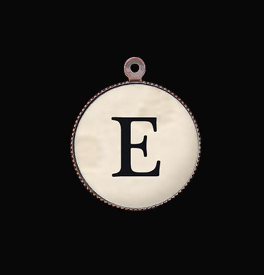 Ciondolo lettera E dell'alfabeto. Iniziale in porcellana per realizzare un bracciale o una collana unici. regalo speciale, amico, compagno, maestra.