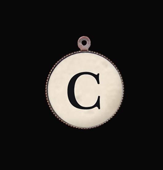 Ciondolo Alfabeto. Lettera C: Iniziale in porcellana, per personalizzare collane e bracciali. regalo unico per persone speciali.