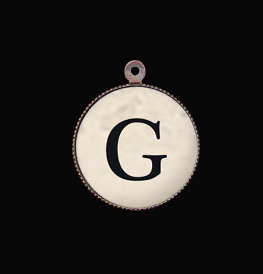 Lettera dell'alfabeto in porcellana G. Ciondolo con iniziale per personalizzare il tuo gioiello. Idea regalo esclusiva e unica.