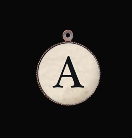 Lettera A, dell'alfabeto, ciondolo in porcellana idea regalo per gioiello personalizzato. Iniziale per una collana un bracciale un gioiello unico.