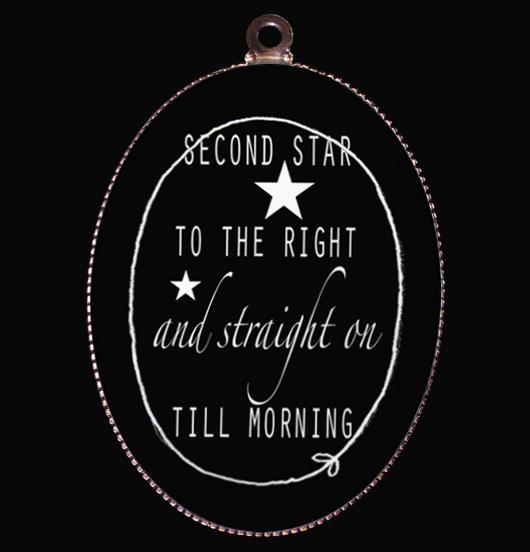 medaglione in porcellana con messaggio di Peter Pan, alla ricerca dell' isola che non c'è,seguendo la seconda stella a destra, questo è il cammino e poi dritto fino al mattino... , per restare bambino, regalo di natale, di compleanno, per amicizia