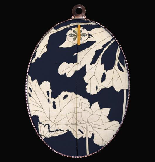 medaglione in porcellana con fiore in bianco e nero, l'eleganza in un particolare di dipinto giapponese, regalo per festa della mamma, per maestra, per amica, per gli amanti della natura, del giappone, per personalizzare la propria collana