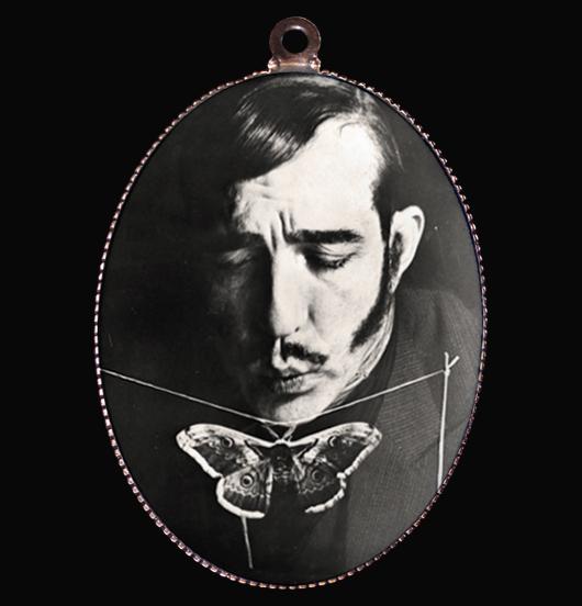 medaglione in porcellana con immagine in bianco e nero di un mago e di una farfalla, una magia in un soffio, regalo per amica, per i 18 anni, per natale