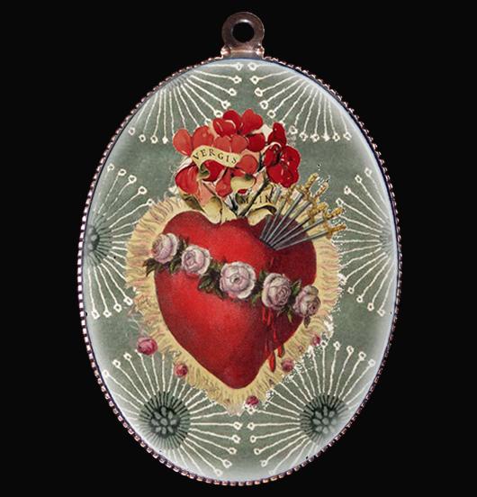 medaglione in porcellana con ex voto rosso su sfondo verde salvia, per personalizzare la tua collana, cuore sacro rosso con rose, simbolo dell'amore, regalo per persona amata, regalo per compleanno, regalo originale