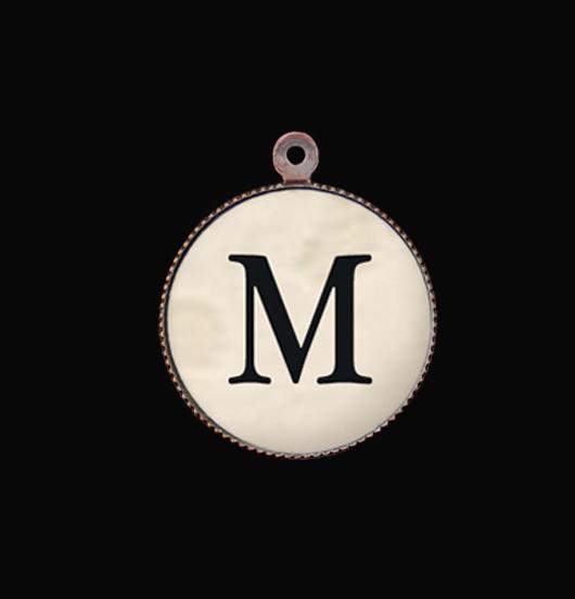 Lettera M in porcellana. Ciondolo con iniziale per personalizzare i tuoi regali. Gioielli unici, Idea regalo, per persone speciali, amica, sorella, mamma, zia, maestra.