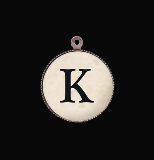 Lettera K in porcellana. Ciondolo rappresentante l'iniziale dell'alfabeto. Regalo personalizzato per tutte le occasioni speciali. Regalo di compleanno.