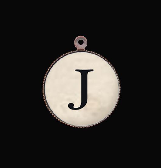 Ciondolo in porcellana con iniziale. Lettera dell'alfabeto J per personalizzare i gioielli da regalare alla persona amata, sorella, amica, nonna, zia, cognata, fidanzata, nemica, maestra.