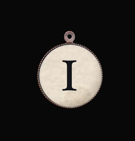 Ciondolo con lettera I. Iniziale dell'alfabeto in porcellana per personalizzare i tuoi gioielli.