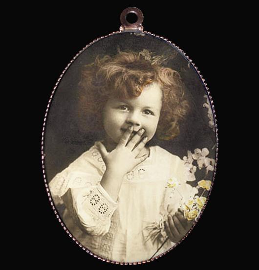 Medaglione in porcellana con immagine vintage di una bambina che sorride, per donare un sorriso, per augurare felicità, perché un sorriso è come un abbraccio, una gioia condivisa, come regalo per natale, regalo per la mamma, per la nonna, per amica, per personalizzare una collana