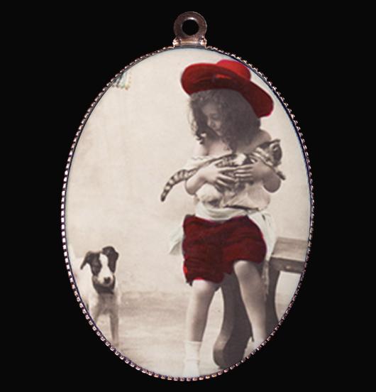 Medaglione in porcellana con immagine vintage di una bambina e un cane e un gatto, amici e simbolo di amore incondizionato, regalo per amica, per chi ama gli animali, per personalizzare una collana, come regalo di natale e compleanno