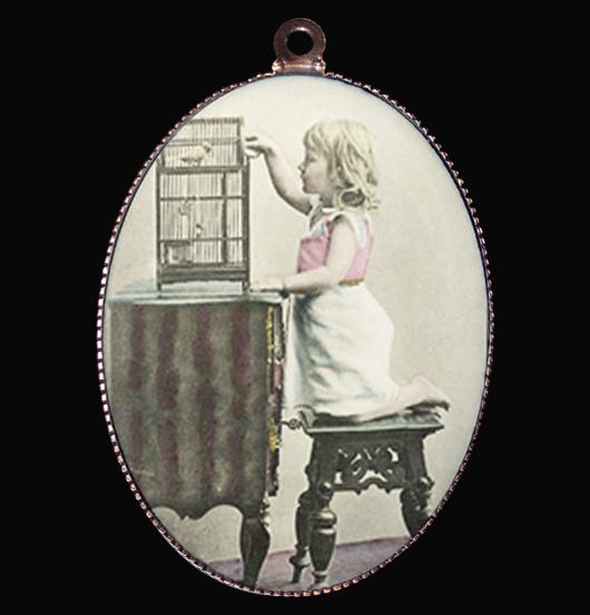 medaglione in porcellana con immagine vintage con bambina e uccellino per personalizzare una collana. regalo per gli amanti della natura, per chi è delicato, regalo per persone sensibili