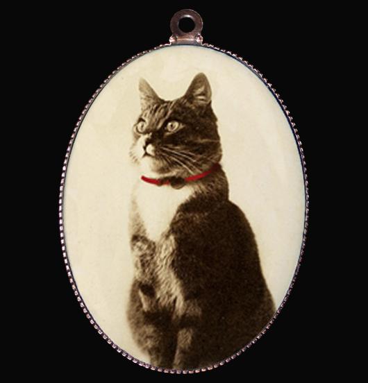 Medaglione in porcellana con immagine di in gatto in posa regale, regalo per amica, per amanti dei gatti, per personalizzare una collana, come regalo di natale e compleanno