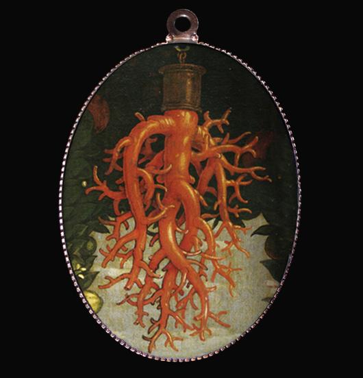 medaglione in porcellana con particolare del dipinto Madonna della Vittoria del Mantegna, il corallo è da sempre considerato un simbolo di fortuna, un amuleto, un talismano, da regalare ad amici e parenti, alla persona amata per augurare tutta la fortuna del mondo, per un esame, per la salute