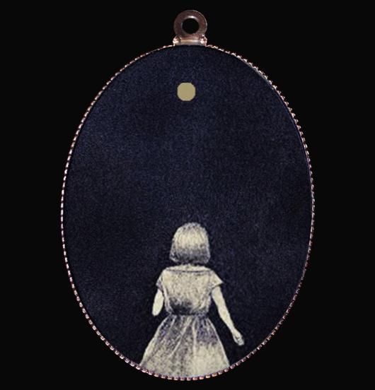 medaglione in porcellana con immagine di bambina su sfondo nero e particolare in oro, regalo per insegnante, per chi sarà sempre la tua guida, regalo dei genitori per i figli