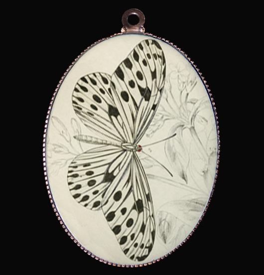 medaglione in porcellana con farfalla in bianco e nero, simbolo di leggerezza, regalo per festa della mamma, per maestra, per amica, per gli amanti della natura, da mettere su una catena