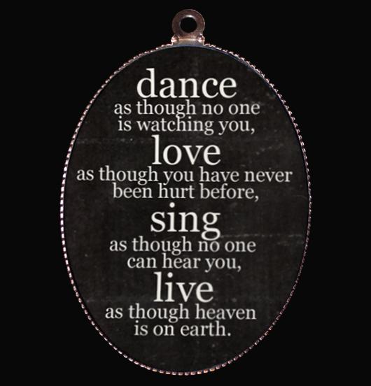 medaglione in porcellana dance love sing live nero, per chi vive per le proprie passioni, regalo per amica, per i 18 anni