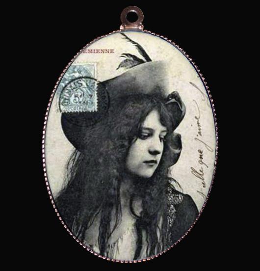 medaglione in porcellana con immagine vintage in bianco e nero di donna, per chi ha uno spirito libero, regalo per l'amica del cuore, regalo per figlia, per 18 anni, per natale