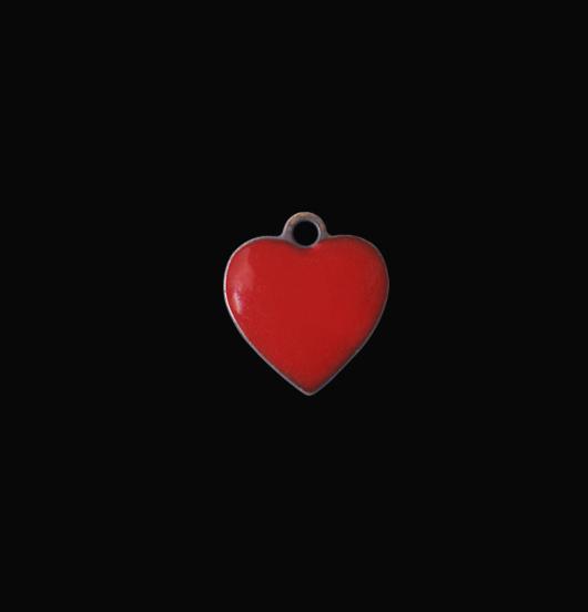 Ciondolo a forma di cuoricino rosso smaltato. Regalo personalizzato per occasioni speciali, San Valentino, anniversari.