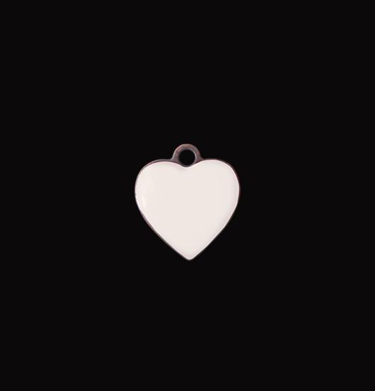 Piccolo ciondolo a forma di cuore, smaltato di colore avorio. Adatto a personalizzare bracciali collane. Da regalare in occasione di battesimi nascite e matrimoni.