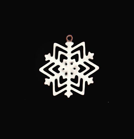 Ciondolo a forma di cristallo di neve smaltato bianco per arricchire i vostri gioielli. Da regalare nei mesi invernali agli appassionati della montagna.