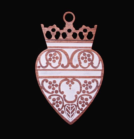 ciondolo cuore sacro con corona in rame smaltato bianco, regalo religioso, regalo miglior amica