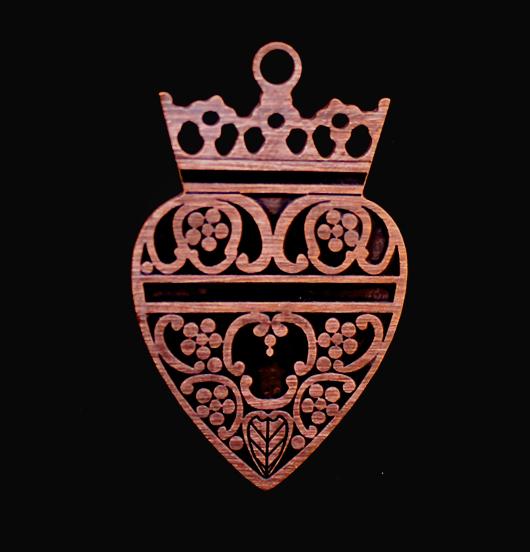 ciondolo rame smaltato nero cuore sacro con corona, regalo miglio amica, sorella, sacro