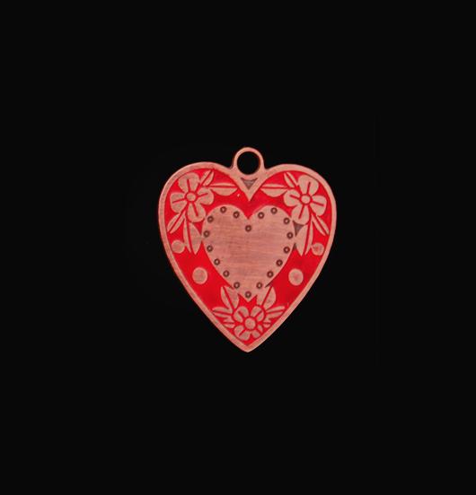 Ciondolo a forma di cuore inciso e smaltato in rosso. Regalo di san Valentino, per la mamma. Crea il tuo gioiello montandolo su una collana o su di un bracciale.