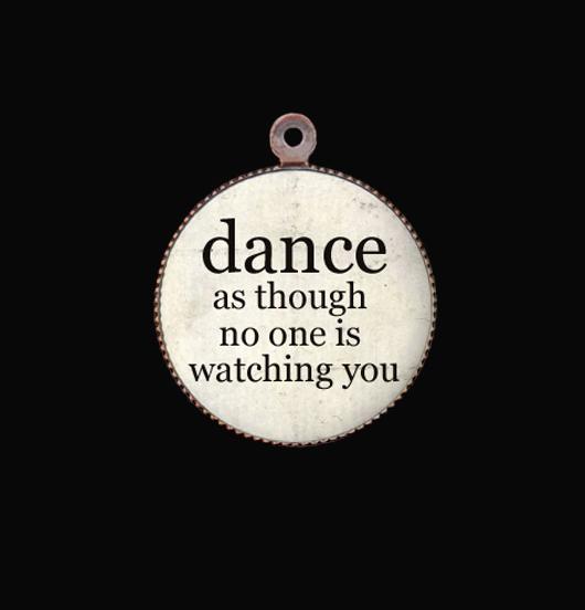 Ciondolo in porcellana con scritta Dance per personalizzare un gioiello dedicato a un appassionata della danza, una ballerina, un ballerino.