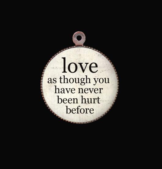 medaglietta in porcellana con scritta Love, regalo all' innamorata, regalo San Valentino, regalo figlia, regalo miglior amica