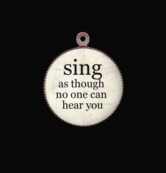 medaglietta in porcellana dedicata a chi canta, regalo per cantante, regalo compleanno, regalo per augurare leggerezza
