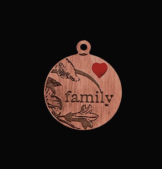 Ciondolo con scritta family in rame inciso con cuore smaltato rosso. Regalo dedicato agli amanti della famiglia.