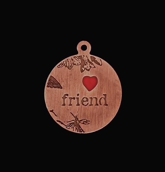 Ciondolo in rame con inciso la scritta friend e cuore smaltato rosso per personalizzare bracciali e collane.  Regalo per amico e amica.