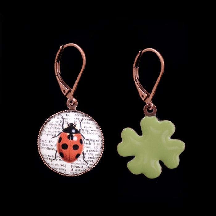 orecchini in porcellana con coccinella e quadrifoglio smaltato verde, regalo per augurare buona fortuna, simbolo di buon augurio