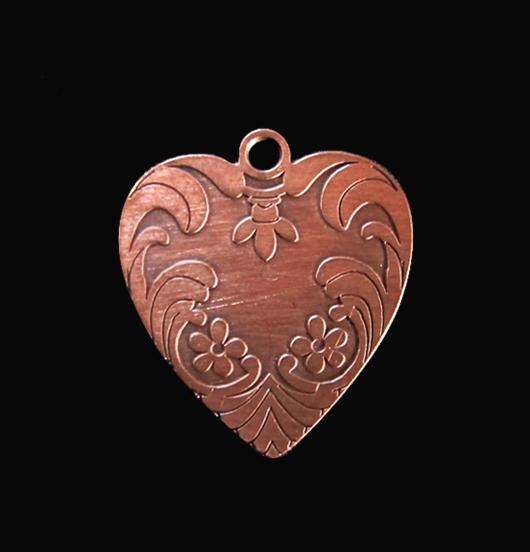 Ciondolo a forma di cuore in rame. Personalizza il tuo gioiello montandolo su una collana. Regalo d'amore.