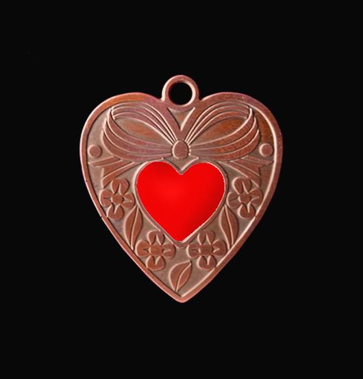 Ciondolo a forma di cuore con fiocco in rame a sbalzo con piccolo cuoricino rosso smaltato. Collana personalizzata da regalare alla Mamma, per San Valentino, per un anniversario.