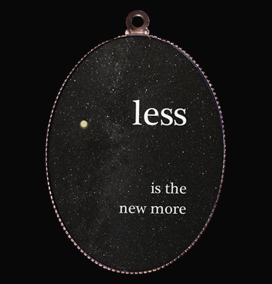 medaglione in porcellana nero con scritta less is the new more con particolare in oro, l'essenziale è la nuova strada, regalo per amica, per i 18 anni, per chi ama la vita semplice, per creare una collana unica