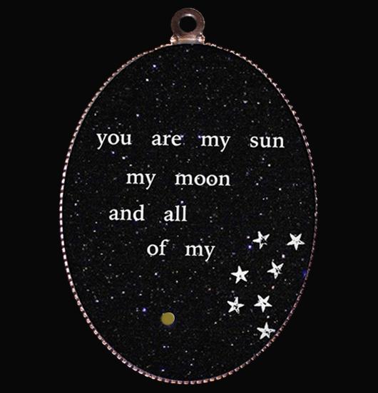 medaglione in porcellana con scritte bianche su fondo nero, sei il mio sole, la mia luna le mie stelle, regalo per innamorati, per persona amata