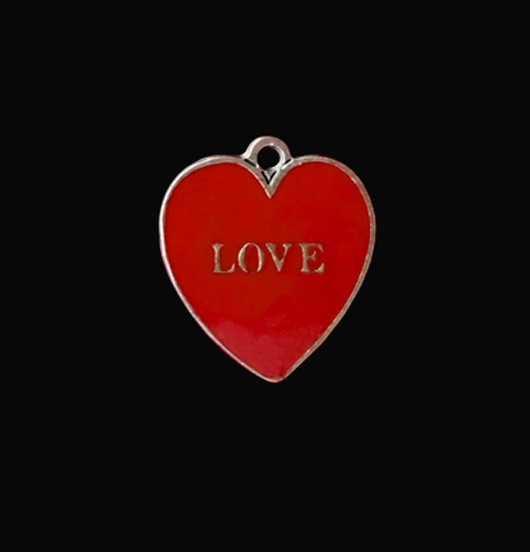Ciondolo in rame smaltato rosso con scritta a rilievo love. Regalo per la persona amata.