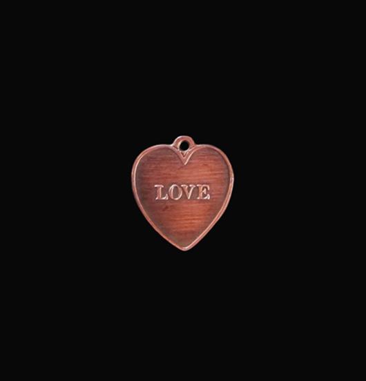 Ciondolo a cuore con la scritta love a rilievo in rame. Costruisci il tuo gioiello montando il cuoricino su un bracciale. Regalo di compleanno.