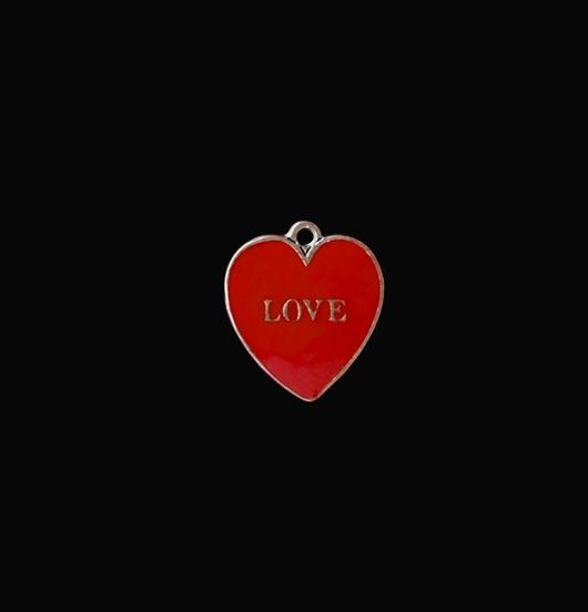 Ciondolo a forma di cuore, in rame smaltato rosso. Scritta love a rilievo. Adatto a personalizzare bracciali e collane.