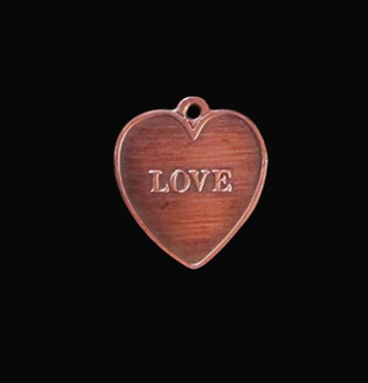 Ciondolo in rame con scritta a rilievo love. Regalo per la persona amata.