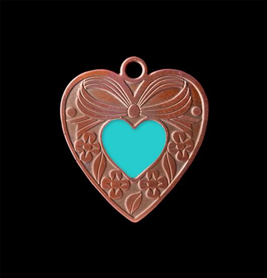 Ciondolo cuore gentile in rame con cuoricino turchese smaltato. Collana personalizzata da regalare all'amica, alla sorella