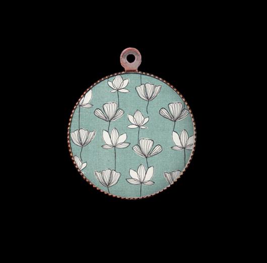 Ciondolo in porcellana con fiore sull' acqua per personalizzare collane e bracciali. Idea regalo per gli amanti della natura.
