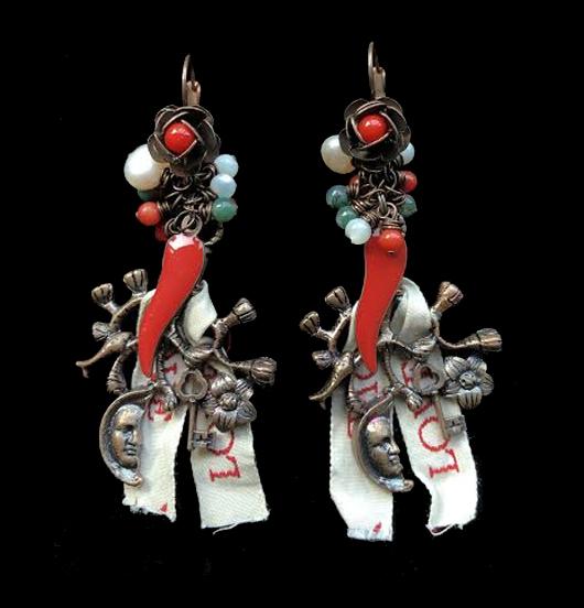 orecchini di rame con monachella corta e fiorellini con simboli fortunati: cimatura di rame, cornetti rossi, nastrini love, perline colorate