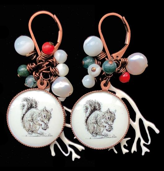 orecchino in rame con monachella corta con perline colorate e porcellana rotonda con scoiattolo e ramo innevato, per amanti della montagna, dello sci, degli scoiattoli, dell'inverno