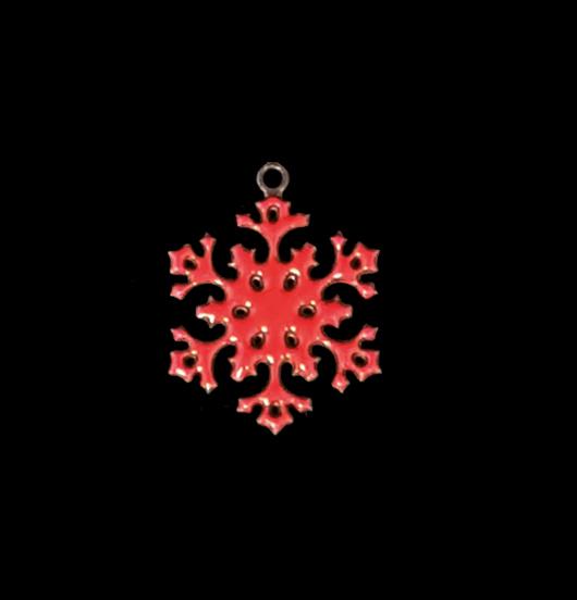 Ciondolo a forma di fiocco di neve smaltato rosso per arricchire i vostri gioielli. Da regalare nei mesi invernali agli appassionati della montagna.