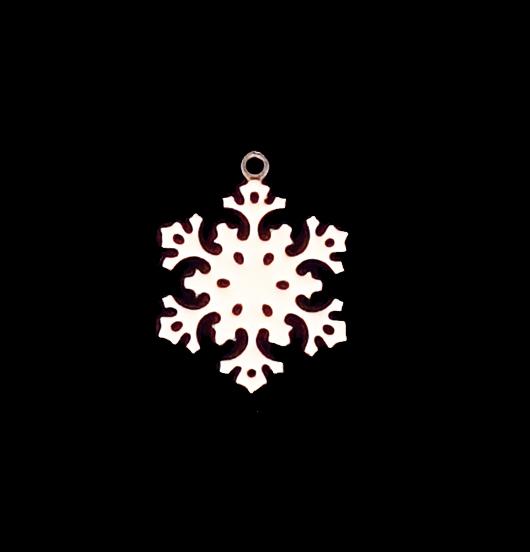 Ciondolo a forma di fiocco di neve smaltato avorio per arricchire i vostri gioielli. Da regalare nei mesi invernali agli appassionati della montagna.