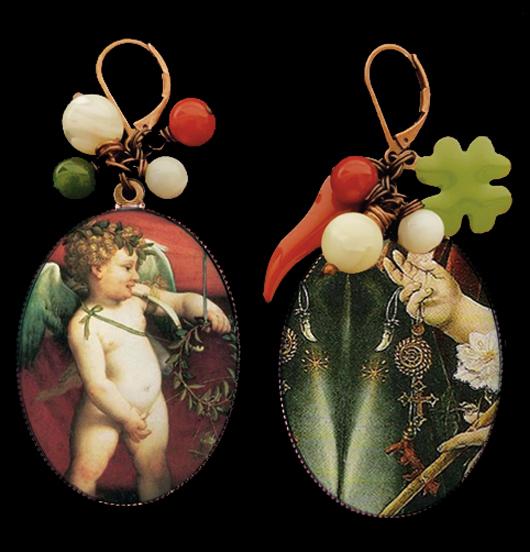 orecchini in rame con monachella corta con simboli fortunati: cornetto rosso, quadrifoglio verde, perline colorate, medaglioni in porcellana raffiguranti un angioletto e degli amuleti porta fortuna, per amanti del sacro, della fortuna