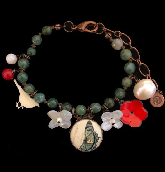 Bracciale verde in pietra dura, agata muschiata, collezione natura, con ciondoli in rame e porcellana a forma di ape, farfalla,fiore in madreperla. Regalo per gli amanti della natura, della botanica.